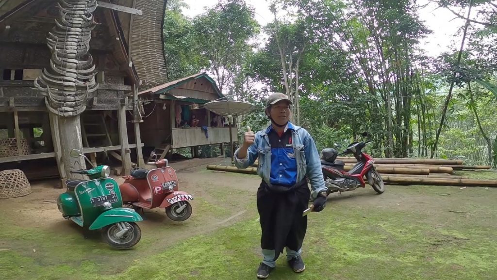 mengunjungi rumah penduduk asli toraja